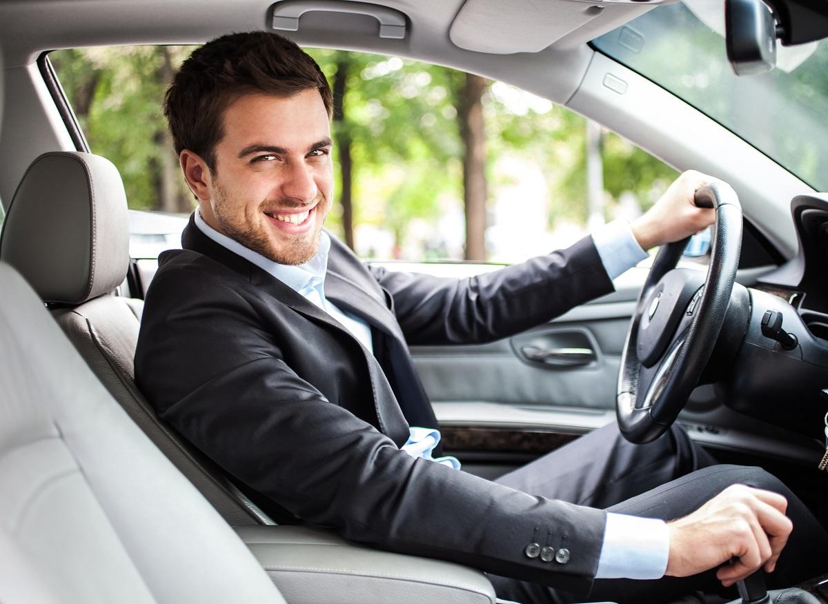 Mężczyzna w wypożyczonym samochodzie osobowym