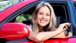 kobieta z kluczykiem do samochodu osobowego