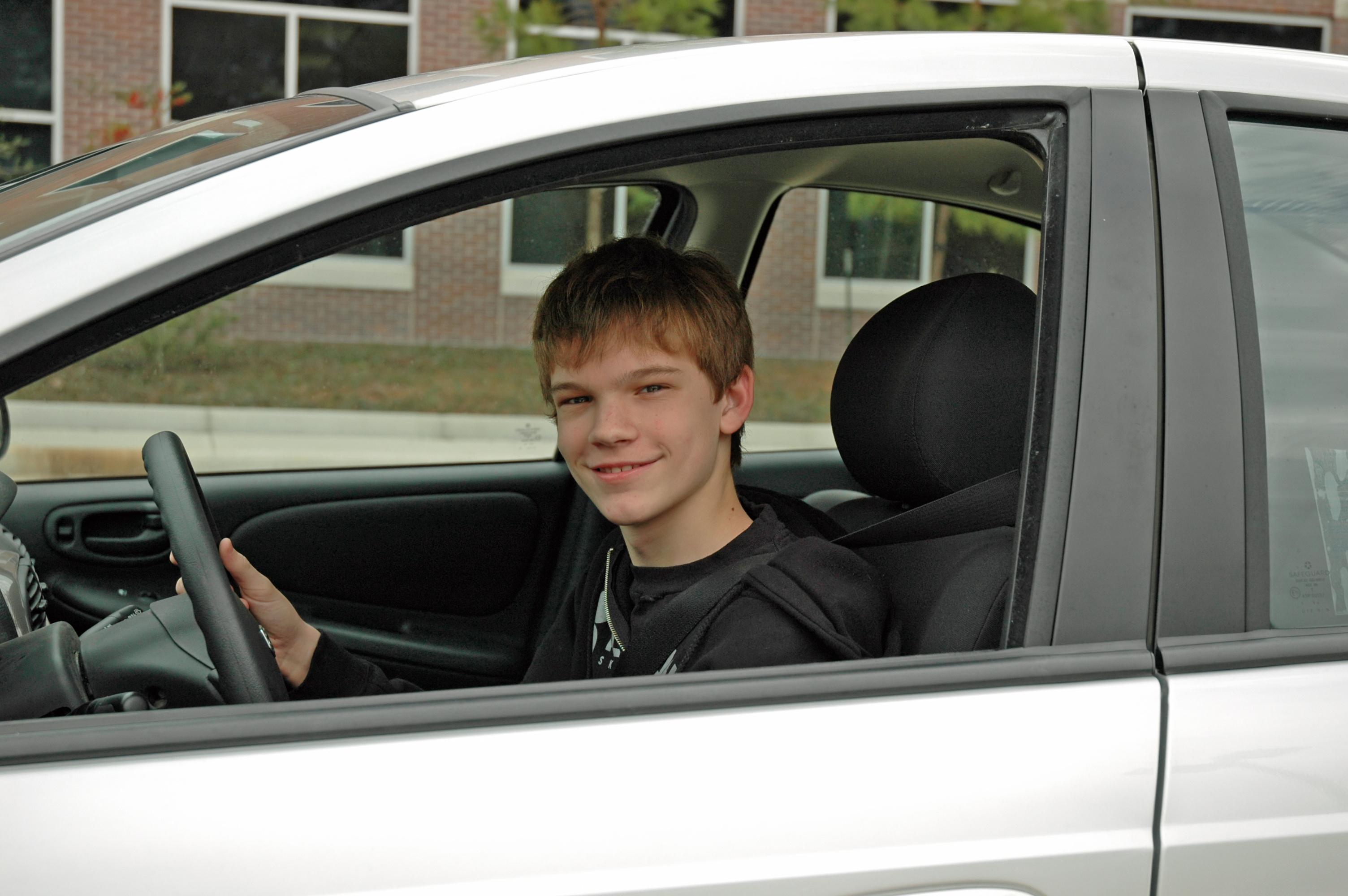 mlody kierowca w wypozyczonym samochodzie