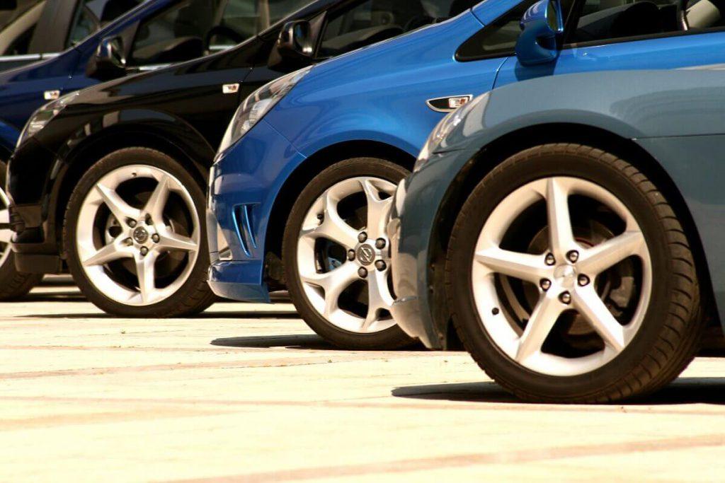Samochody na parkingu wypożyczalni
